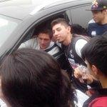 """""""Eres mi ídolo Neri"""", le dicen al jugador de #Rayados al salir de El Barrial http://t.co/DfrndZd7Yk"""