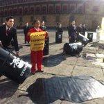 Activistas de @greenpeacemx protestan vestidos de @EPN http://t.co/spslwoYPRs http://t.co/fxk3cBkOT2