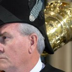 Le héros @HuffPostQuebec:Fusillade #Ottawa: la déclaration du sergent darmes Kevin #Vickers http://t.co/OWzQIdkQxl http://t.co/70gGEQ2hiA