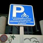 Motoristas de #LPGC. El estacionamiento de motos en sus plazas específicas azul/verde, es gratuito. Aprovéchalos. http://t.co/N2tnvarjYd