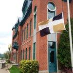 Le drapeau de la ville de Levis en berne. #solidarité #Lévis http://t.co/3euYN38org