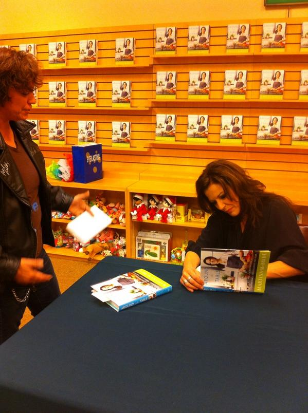 Look! @martinamcbride signing copies of her phenomenal cookbook #AroundTheTable http://t.co/pVPq3Kvwpt