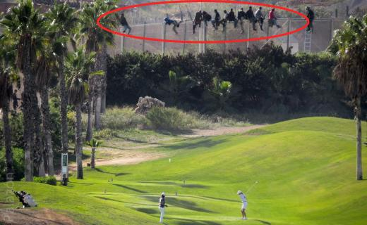 Des migrants, une frontière & ...des golfeurs : ceci n'est pas un photomontage  http://t.co/tnHj3I77fJ #melilla http://t.co/U7xgnHxDc1