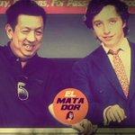 Mientras espera la firma, Peter Lim se divierte con su asesor Francisco Nicolás. http://t.co/zBI5PgrU9M http://t.co/vhuJ8NWbbi