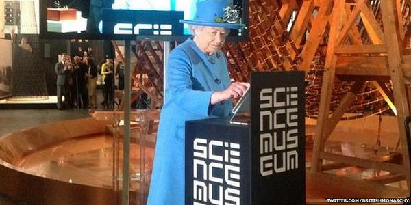 Photo shows the Queen sending her first tweet (via @BritishMonarchy) http://t.co/WENeaVQ19O http://t.co/EL6S3P5k4m