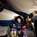 Tabarè con las bandera uruguaya de las @redesfa VAMOS EL FRENTE AMPLIO!!! http://t.co/4qfMpufFuD