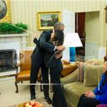 Nina Pham, la enfermera curada de #Ebola se abraza a Obama. Esas imágenes tan del gusto de la Casa Blanca. http://t.co/czSaD0BK5s