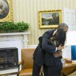 Obama abraza en la Casa Blanca a la enfermera que superó el ébola http://t.co/qWAJCLff9R http://t.co/MfrATskthU