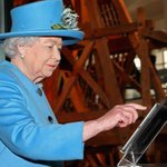 RT @JornalOGlobo: Realeza no Twitter! Elizabeth II tuita pela 1ª vez no @BritishMonarchy. http://t.co/ud02guNbJq http://t.co/nozchI2sCB