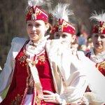 槍騎兵連隊のセレモニーで民族衣装女子の剣舞...だと http://t.co/MQRR72s8r4