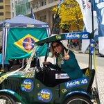 Na Rua XV em Curitiba voluntariando para #Aécio45.....#Paraná é Aécio. Olha que carinho massa. http://t.co/oEj5VRQ520