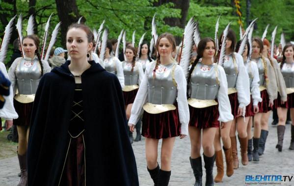 憲法記念日にフサリア女子にパレードさせるとかポーランド凄い http://t.co/rLZ5vrMH9g