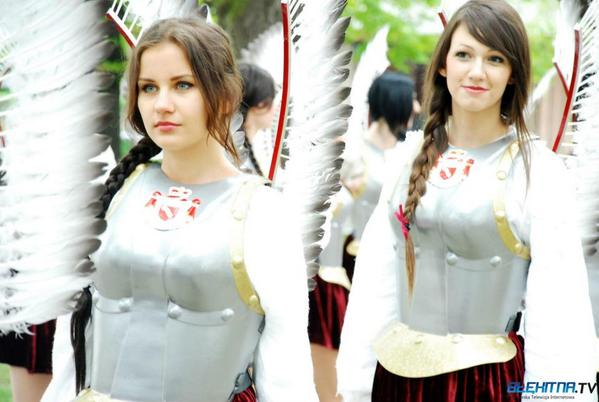 胸甲に羽根飾り、結われたおさげの組み合わせによる破壊力が凄いです http://t.co/EJzqCxd9r3
