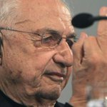 Arquitecto Gehry muestra su dedo como respuesta a críticas en España http://t.co/2xLWag3F1R http://t.co/u6Vf5OeDH8
