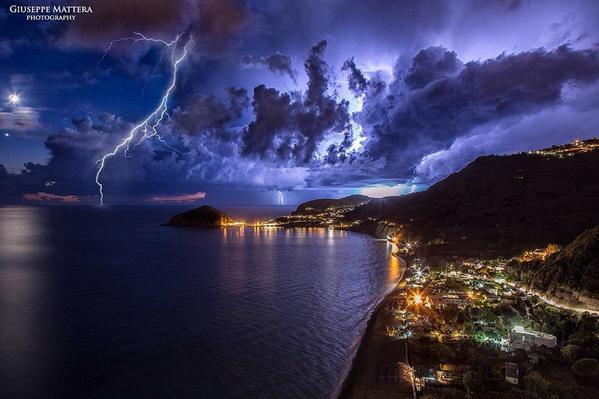 RT @meteolp: MONUMENTAL imagen de una tormenta sobre Ischia, Italia WOW! http://t.co/OJPpGO2bpM