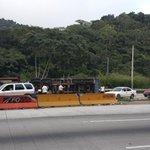 Vuelco de furgón en carril hacia #LosChorros ocasiona #traficoSV lento. Foto de @CarlosW_O2 http://t.co/TDonG5T4x6