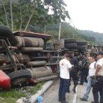 Accidente de tránsito en carret. #LosChorros cerca de La Báscula, antes del retorno. Foto R. Amaya http://t.co/D0079AKqn5 #traficoSV