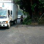 Peatones se quedan sin acera por promotorio de ramas, frente a Cuartel El Zapote #denunciaSV R. Burgos #WhatsAppLPG http://t.co/4R07XtLqUx