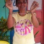 Moradora do Oiapoque, recepciona o candidato Waldez Góes, com uma algema nas mãos, lembrando q o mesmo foi preso. http://t.co/KVvOLlRmho