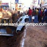RT @sanluisatiempo: #ATiempo Cae automóvil en zanja de obras de Muñoz, enseguida más información, fotos y video en http://t.co/OeOjfCKx9l http://t.co/2wZDzotlJI