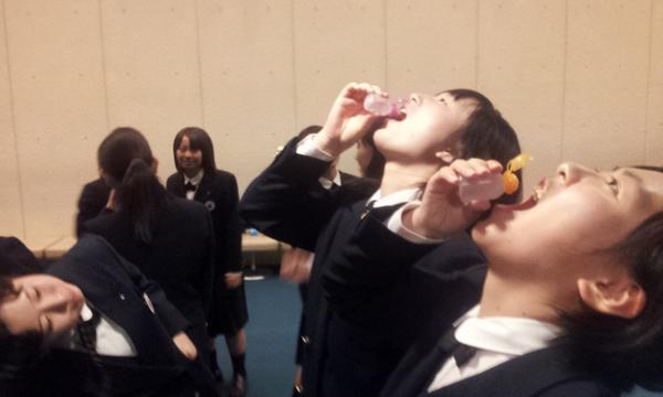 これ、いいかも?( ☆∀☆) RT @asahi_saga: 佐賀女子の秘密平気。いつでも飲める給水ボトル。ポケットに入るので、舞台直前までのどを潤すのです!合唱コンクール全国大会@盛岡 http://t.co/3OjmEg2nti