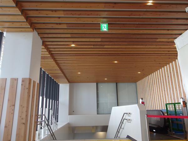 長らく工事中だった長野駅ですが、本日エスカレーター部分がオープン。天井、壁と木が使われていて外観から予想していたよりも構内は暖かみがあり、ほっ。改札を出て右へ進むと善光寺口ですが、そこからさらに右に折れると新しい出口です。 http://t.co/O6NuioWpsW