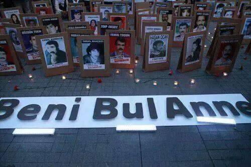 """Ahmet Kaya (@AhmetKayaGam): Kayıplar Ahmet Kaya'nın sesiyle """"Beni Bul anne"""" diyor. #CumartesiAnneleri500hafta http://t.co/hTN8NYBvb8"""