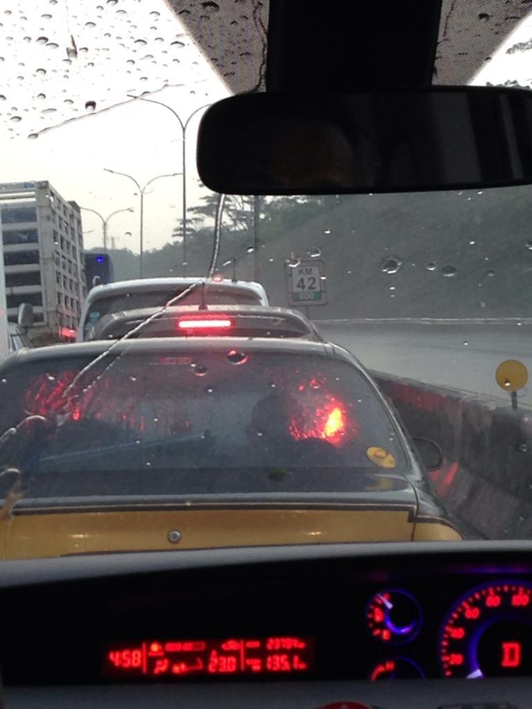 @PTJASAMARGA #Jagorawi antrian GT Ciawi dari KM.42-800, hindari. Alternatif exit Bogor via Tajur. http://t.co/bIbmpXV5fS