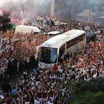 RT @realmadrid: Miles de aficionados reciben al equipo al llegar al estadio. ¡Hala Madrid! #RealMadridvsFCB #RMLive http://t.co/iaQfjQJPTR