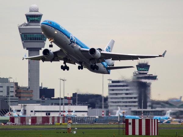 FOTO: Laatste MD-11 passagierslijndienst vertrekt vanaf #Schiphol (Arnoud Raeven). Captain vroeg om te zwaaien. #MD11 http://t.co/DGJO1BTRjY