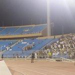 """صورة جماهير #الاتحاد التي تتواجد بشكل كبير أمام الحاجز الفاصل عن جماهير #النصر بعد أن أصبح الجزء المخصص للعميد """"فل"""" http://t.co/FvMoKw0ArB"""