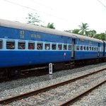 Man dies while trying to board a moving train at New Delhi railway station http://t.co/aVw913J1fC
