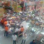 Normalistas de Ayotzinapa, sacan productos de dos tiendas en #Chilpancingo y la reparten a la gente http://t.co/ChqCrXJciW