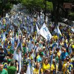 Onda Azul: Manifestantes pró Aécio lotaram a Praça da Liberdade na manhã deste sábado em BH http://t.co/oVewJfOp22 http://t.co/oVXTqPvmWp
