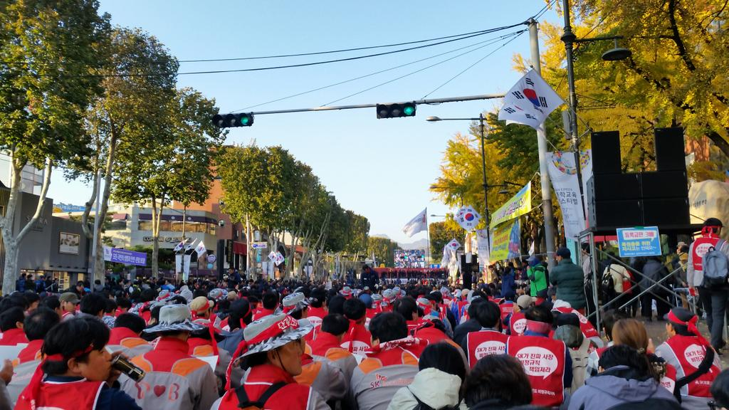 전태일열사가 가신지 44년, 전국노동자대회가 열리는 대학로. 오늘 유난히 많은 전태일들이 모였습니다. http://t.co/ybm1XHayci