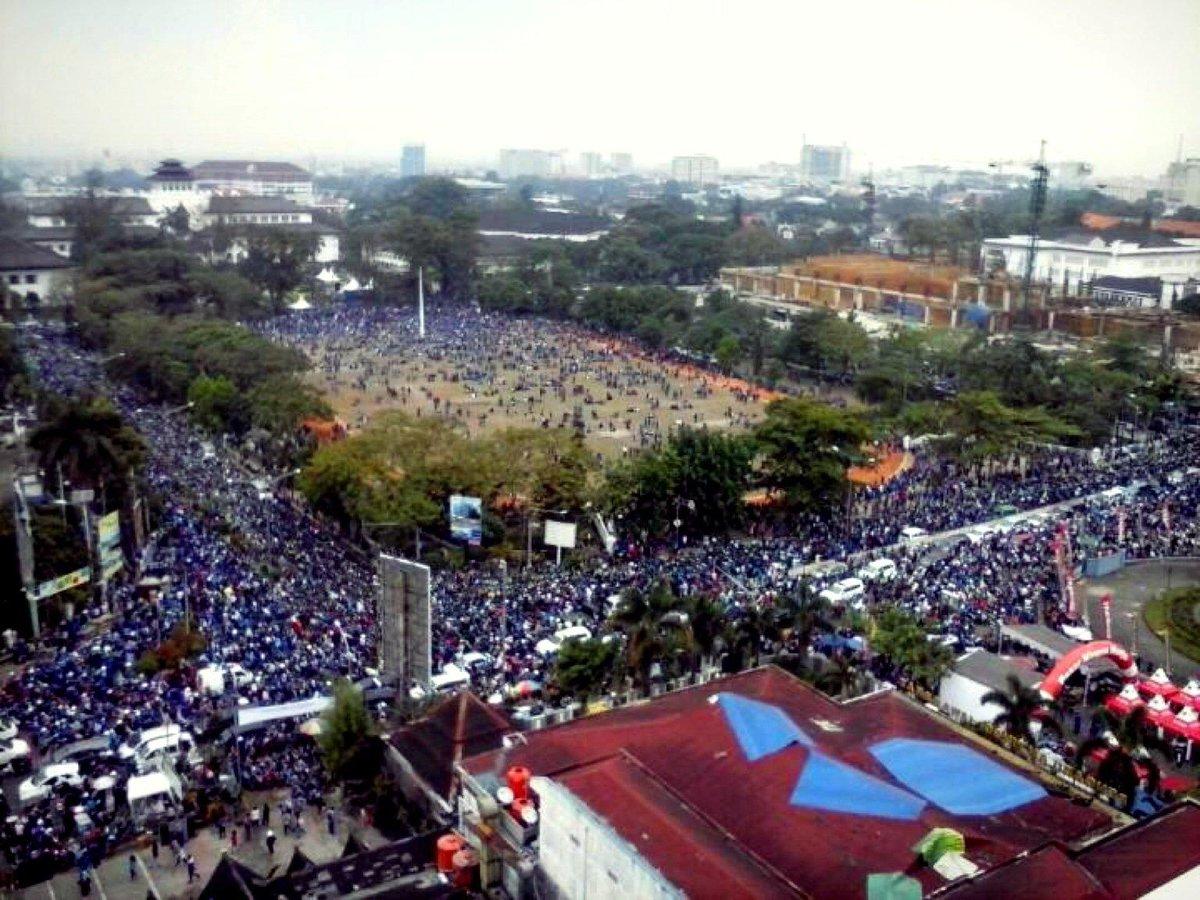 This is Bandung...!!! RT @JuPRiez: #PersibJuara  Bandung Lautan Biru  http://t.co/LfG9Fi1ECi