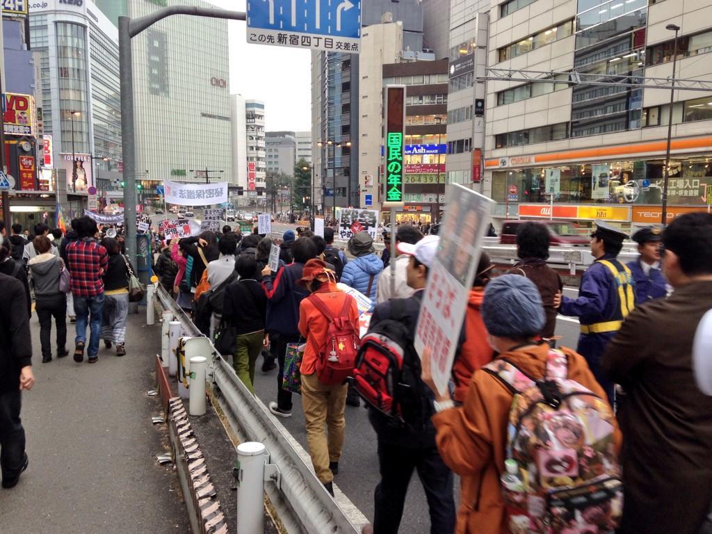 新宿に居たらデモ隊が居たけど、まぁ隊列が長いこと長いこと。 新宿駅南口から甲州街道の坂を下り切った所まで丸々って感じだった。 ドラム叩いてたけど、いつぞやのデモ隊みたく吹奏楽班がいなかったのがちょっと物足りないかも http://t.co/retZnU5cGt