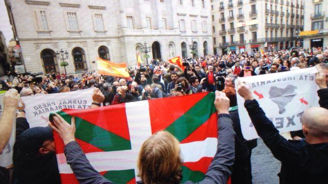 Espainiarzaleen eta euskaldunen arteko liskarra Bartzelonan (BIDEOA eta erreakzioak http://t.co/fFjyvmLMSj) http://t.co/kagj1iLbD7