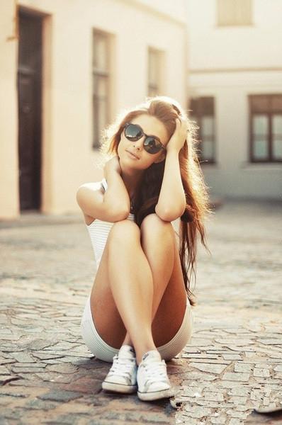 Hoy opta por tenis, lentes y tu cabello al natural. Tu eres hermosa tal cual. #LookELLE #ELLEweekend #WhatWeWear http://t.co/PMH0nE8JDb