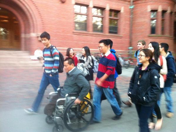 在哈佛遇到著名维权律师滕彪,下课后我们一起和哈佛的学生走在哈佛校园。 http://t.co/HS1BjdTvRn