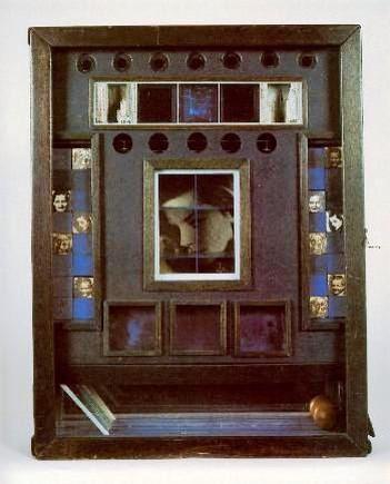 test ツイッターメディア - Joseph Cornell [b.1903-1972] 箱の中に集めた物をコラージュする作品で有名なコーネルさん。 かなりの人見知りだが、すきなひとに作った作品をプレゼントするお洒落さん。 草間彌生とは大の仲良し。 https://t.co/y4Sa47FhG6