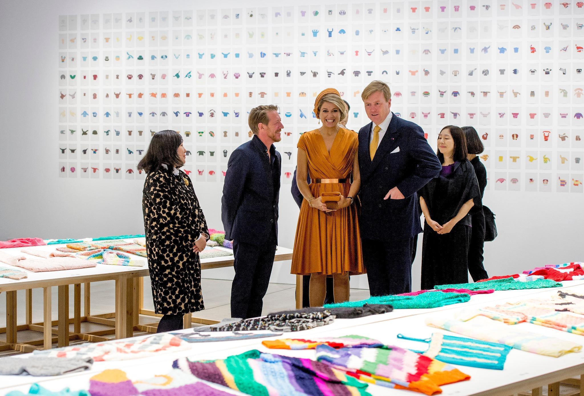 Het Koninklijk Paar bekijkt #truienvanLoes @2121DESIGNSIGHT onderzoekscentrum voor vormgeving en design #NLJapan http://t.co/dRWecxIvtu