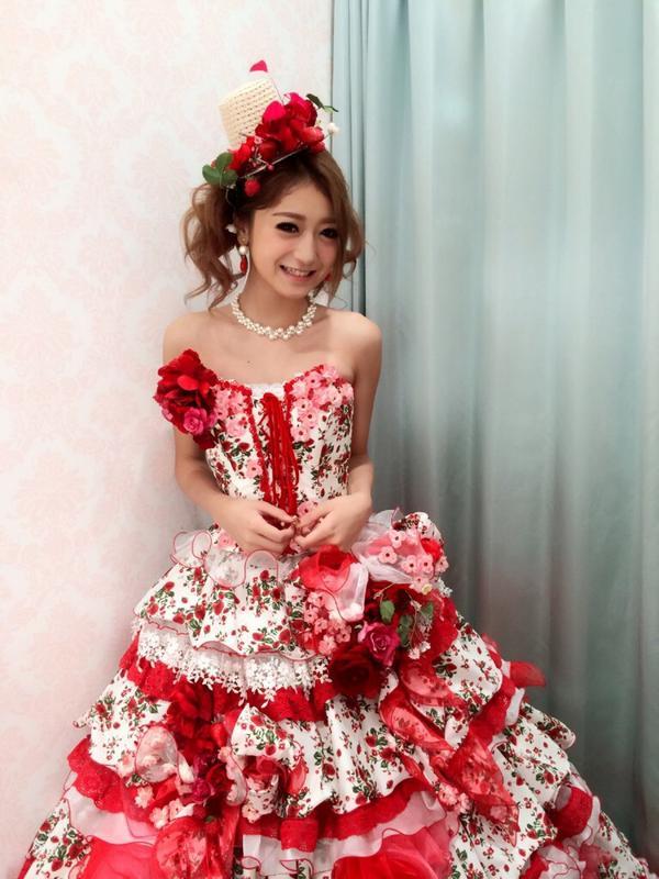 ドレス姿の池田美優。