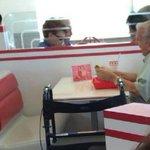 Imagem de idoso lanchando acompanhado de foto emociona web. ❤ http://t.co/RW0fBu9CHx http://t.co/uWF9nu4cVU