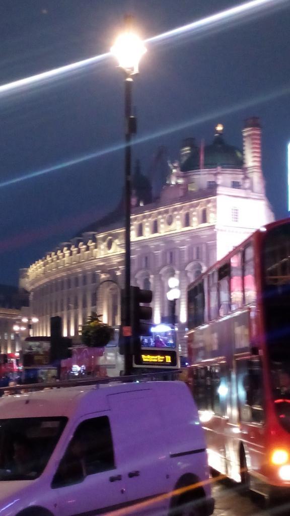Londres...  Mañana nota con @onedirection http://t.co/YkQXskE1Bs