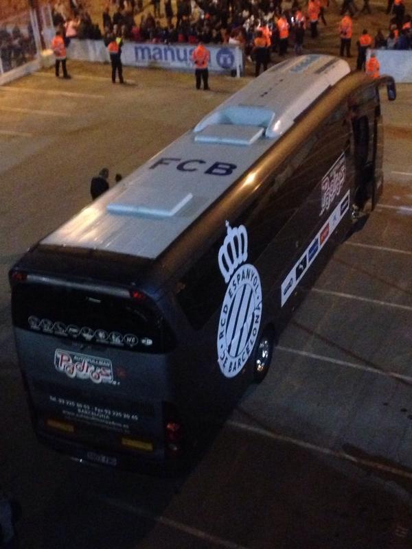 El bus de l'Espanyol amb les sigles del Barça al sostre #LOL (via @Juli_Juil) http://t.co/mqz7i3iFN3