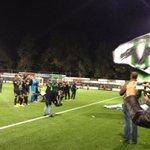 De spelers bedanken het publiek - met in hun midden een jeugdige supporter die nog maar enkele weken te leven heeft http://t.co/Dt6mFUv8kY