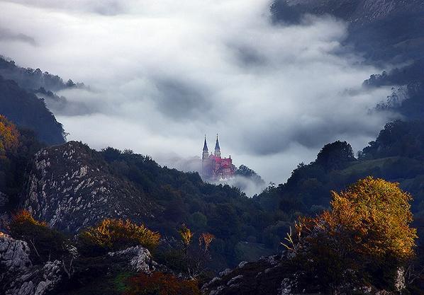 """""""@Elpregoneeero: """"Santuario de Covadonga #Asturias""""  #AndandoPorEspaña foto de Pere Soler http://t.co/mGauY0B9wI"""""""