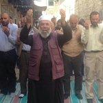 في #القدس صلى المقدسيون على الاسفلت والطرقات .. بعد اغلاق المسجد الاقصى في وجوههم #النفير_المقدس متى سنهب لأجل الاقصى http://t.co/Bf8aMYFYdd