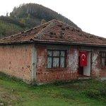Şehit Astsubayın baba evine Türk bayrağı http://t.co/gWrN7QyrLW http://t.co/uDsqm2YzT1
